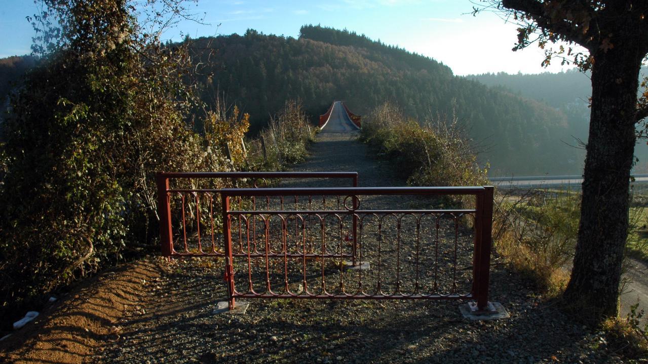 le pont est axessible aux piétons et 2 roues