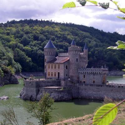 Chambres d'Hôtes La Hulotte à Villechenève Rhône :                                                           Le Château de La Roche