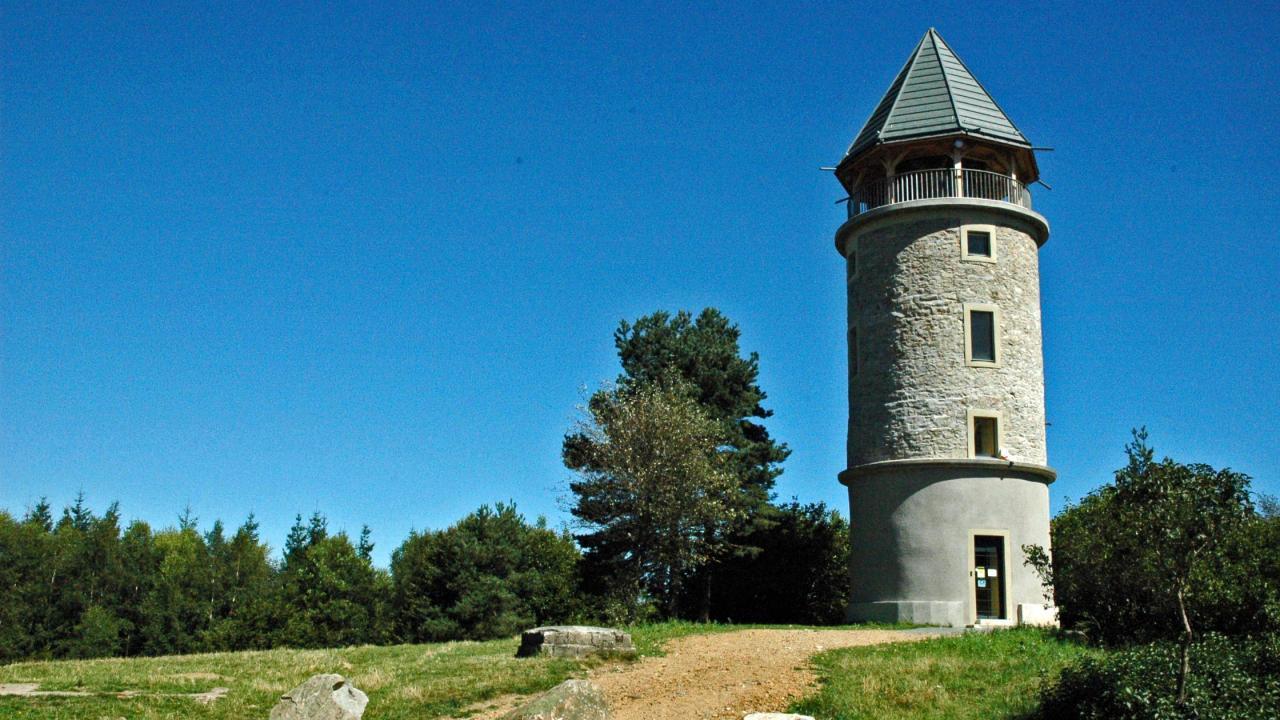 La tour Matagrin rénovée, accessible à pied de La Hulotte
