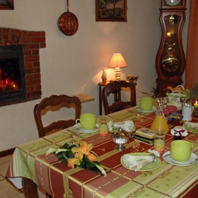 Petit déjeuner au coin du feu de cheminéel